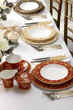 Historic Royal Palaces tablesetting: 'Hampton Court Palace, Tijou Gates' collection by Maxwell & Williams, tablescape.