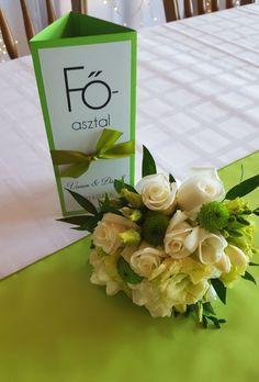 Almazöld menüháromszög esküvőre + menyasszonyi csokor krém rózsából. Rendelj te is egyedi menükártyát: http://eskuvoidekor.com/spl/624919/Menukartya-menuhenger