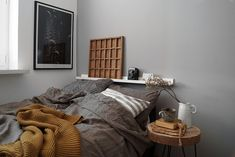 decorar dormitorio de forma personal y calida con objetos, textiles y elementos en madera