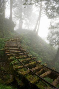 Velhos trilhos do trem em Taiwan, China.