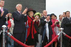 Hare Majesteit Koningin Beatrix brengt op 27 september 2005 ter gelegenheid van haar 25-jarig regeringsjubilieum, een bezoek aan de provincie Flevoland. Activiteiten op het voorplein van Nieuw Land. Bron: Fotocollectie Nieuw Land. Fotostudio Wierd.