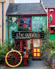 peki neden irlanda diye soranlara // Colorful hostel in Killarney, Ireland The Places Youll Go, Places To Go, Beautiful World, Beautiful Places, Wonderful Places, Shop Fronts, Emerald Isle, Ireland Travel, Ireland Vacation