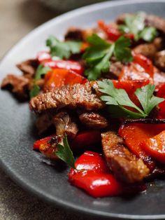 Rask middag med biffstrimler og paprika - oppskrift / Et kjøkken i Istanbul Easy Meals, Easy Recipes, Kung Pao Chicken, Istanbul, Beef, Ethnic Recipes, Food, Red Peppers, Easy Keto Recipes