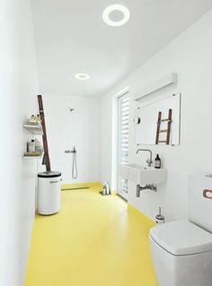 Salle de bains moderne sol jaune