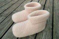 Strikk og tov et par deilige, varme tøfler - av Tusen Ideer Diy And Crafts, Arts And Crafts, Slipper Boots, Knitting Socks, Needle And Thread, Mittens, Knitwear, Knit Crochet, Knitting Patterns