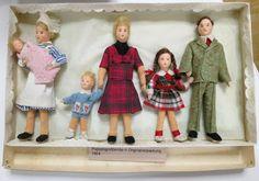 diePuppenstubensammlerin: 70 Jahre Puppenmanufaktur - erna meyer - dolls manufactury for 70 years Dollhouse Family, Dollhouse Dolls, Miniature Dolls, Rebecca Green, Doll House People, Vintage Vibes, Vintage Toys, Doll Houses, Miniatures