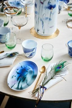 Set the table with poetic flowers and nature motifs to give some life to the summer-table.