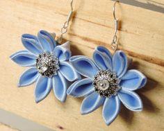 Blue satin earrings with kanzashi flowers - Cercei cu flori kanzashi din satin bleu ciel | Atelierul Grădina cu fluturi