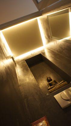 Blinde led verlichting in toilet met mooie lange nis en Sensestuc betonlook