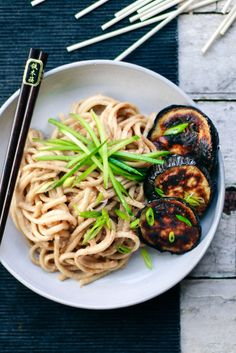 Warm udon noodles with sticky tahini sesame sauce. The eggplants are soft in the middle & crispy on the outside. Asian Noodle Recipes, Asian Recipes, Ethnic Recipes, Vegetarian Recipes, Healthy Recipes, Healthy Foods, Vegan Pasta, Vegan Ramen, Fodmap Recipes
