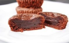 Nutella Brownie Bites - 3 ingredients (nutella, flour, and eggs) This is so dangerous. Two of my favorite things, brownies and Nutella! 3 Ingredient Nutella Brownies, Easy Nutella Brownies, Nutella Cupcakes, Nutella Cookies, Köstliche Desserts, Delicious Desserts, Dessert Recipes, Yummy Food, Recipes Dinner