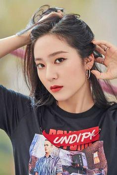 a hot chic girl crush Krystal Jung. Krystal Fx, Jessica & Krystal, Jessica Jung, Amber Liu, Krystal Jung Fashion, Song Qian, Slim Body, Korean Celebrities, Korean Actors