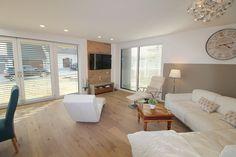 Modernes Wohnzimmer mit TV-Wand aus Eichenholz.