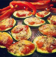 Heerlijk Puur: Gezonde 'guilty pleasure': Mini-pizzaatjes NODIG: - halve courgette, in plakken van 1 cm - tomatenpuree of huisgemaakte tomatensaus - gedroogde oregano - Parmezaanse kaas of edelgist HOE: Verwarm de oven voor op 200 C. Bekleed de bakplaats met bakpapier en leg de schijfjes courgette erop. Smeer 1 tl tomatenpuree of -saus op de courgette, sprenkel er wat oregano over en maak af met de kaas of de edelgist. Bak de minipizzaatjes 10 minuten, leg op een bordje en smullen maar!