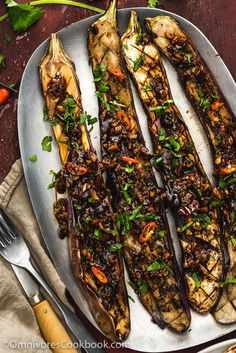 The crispy eggplant is served with a pungent Szechuan-style spicy garlic sauce. A vegetarian dish that is so satisfying that it can be served as a main.