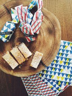 ロフト限定製品の『うす紙ラップ』と『ロールシール』を使いました。四角くカットした手作りのケーキを『うす紙ラップ』で包んで、口をキュッとひねるだけ。『ロールシール』細リボン柄 黒を貼って完成! #chotto #ロフト限定うす紙ラップ #ロールシール #ホワイトデー #手作りお菓子ラッピング #おすそわけ #thinpaperwrap #rollsticker #whiteday #wrapping #osusowake