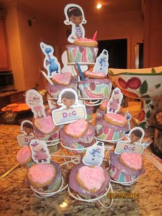 Doc McStuffins Cupcake Toppers: could do cut out cookie on top, print & cut shapes, tape onto skewers @Sara Eriksson Eriksson Swenhaugen