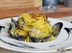 Tagliolini vongole veraci e bottarga / Tagliolini pasta with clams and salted mullet roe