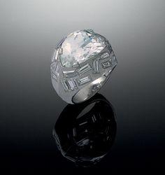 Bague L'Oeil de Bouddha sertie d'un diamant rose pâle de taille fantaisie. En 1936, Belperron monte le diamant sur platine, entouré de diamants blancs taille baguette. B.Herz.