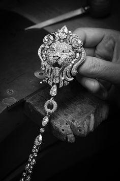 """""""Sous le signe du lion"""": une collection de haute joaillerie signée Chanel L'hypnotique Lion Royal. Transformable en trois bijoux, ce sautoir à 3,3 millions d'euros affiche une présence et une fluidité proprement spectaculaires."""