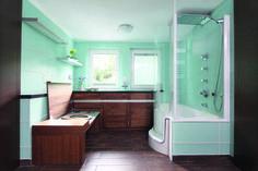 Frisches, türkises Kleinbad auf einem Hausboot(!) mit TWINLINE 1 Duschbadewanne mit Seitenwand.  www.artweger.at