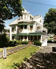 Harbour Towne Inn on the Water, Boothbay Harbor, Maine. http://www.visitingnewengland.com/hotelinfo/143164.html