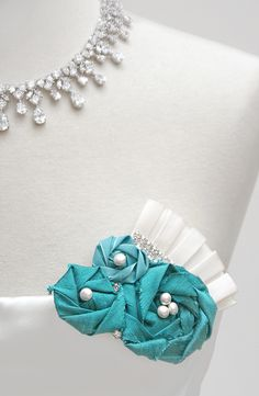 diy flower brooch. would be cute shoe clips/hair accessories also.