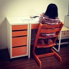 組み立てにも協力してくれた娘は、完成とともにそそくさとカタカナノートを出して、勉強机の感触を確かめていた。 この先もその調子で頼むわw