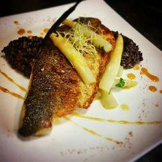 Filet de bar rôti, tartare d'asperges blanche à la passion et vanille, risotto vénéré