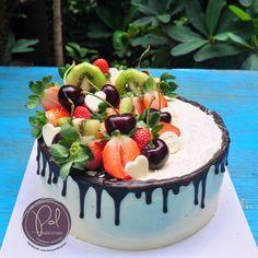 Buttercream cake with fresh fruits decorating Cake Piping, Buttercream Cake, Fruit Birthday Cake, 50th Birthday, Cake Pictures, Cake Pics, Fresh Fruit Cake, Cake Decorating, Sweets