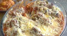 Almôndegas com Purê de Batatas Pegue a carne moída, adicione todos os temperos a gosto, misture 1 ovo e farinha de rosca, até formar a massa para almôndega Em seguida, em um pouco de azeite quente deixe dourar bem Depois coloque no molho de tomate dissolvido e deixe cozinhar Faça ao puré de batatas normalmente, adicione o requeijão, a manteiga ou margarina, sal e coloque sobre o fundo de uma assadeira Por cima as almôndegas com o molhos e por último o queijo e o orégano