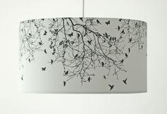 Diese wunderschöne Pendelleuchte besteht aus einem weissen Lampenschirm, mit einer außergewöhnlichen Grafik! Das dunkelgraue Motiv mit Vögeln und S...