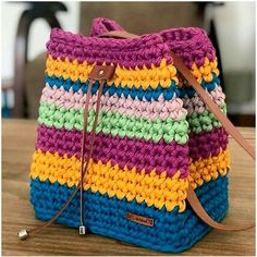 Source Board : Ganchillo The post Bolsa de croche colorida appeared first on FEMALE & BEAUTY. Easy Crochet Stitches, Easy Crochet Patterns, Crochet Designs, Crochet Ideas, Crochet Crafts, Crochet Yarn, Crochet Projects, Free Crochet, Diy Crafts