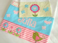 Kit Fralda de Ombro - Jardim Encantado Patch Quilt, Diy Projects To Try, Sewing Projects, Baby E, Baby Girls, Patchwork Baby, Baby Decor, Tea Towels, Baby Quilts