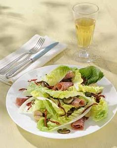 PROVENZALISCHER SOMMERSALAT MIT MINI ROMANA - Zutaten für 4 Personen: 3 Mini Romanasalate, 12 getrocknete Tomaten, 12 Scheiben Parma-Schinken, 12 gefüllte Oliven, 100g Champignons, 1 TL Sonnenblumenöl zum Braten, 1 Handvoll Kräuter (Schnittlauch, Petersilie, Basilikum),  3 EL Olivenöl, 1 TL Zitronensaft, Zucker, Salz, Pfeffer aus der Mühle. Hier geht's zur Zubereitung: http://behr-ag.com/de/unsere-rezepte/rezeptdetail/recipe/provenzalischer-somm.html