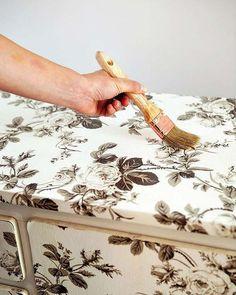 Transforma una cómoda con papel para empapelar - Guía de MANUALIDADES