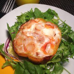 Pimiento relleno de atún, surimi y clara de huevo al horno