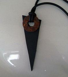 Halsband av återvunnet gummi och en rostig metallbricka. Necklace made of recycked rubber and a rusty washer.