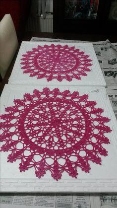 örgü supla yapımı, tutkallandıktan sonraki kuruma aşaması. Crochet Quilt, Crochet Tablecloth, Crochet Doilies, Doily Patterns, Crochet Patterns, Bargello, Crochet Projects, Diy And Crafts, Cushions