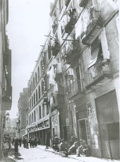 "Barcelona...el barrio "" chino ""...de hace un siglo...20-03-2013... - Paperblog Old Pictures, Old Photos, Housing Works, Iberian Peninsula, Antoni Gaudi, Medieval Castle, Prado, Best Cities, Capital City"