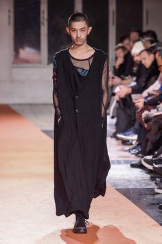 「ヨウジヤマモト(YOHJI YAMAMOTO)」が2018-19年秋冬メンズ・コレクションをパリで発表した。
