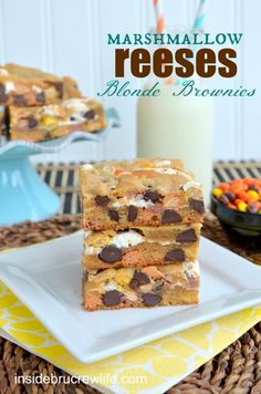 Marshmallow Reeses Blonde Brownies - peanut butter blonde brownies with Reese pieces and marshmallow fluff...you can't stop at just one #Reeses #blondebrownies http://www.insidebrucrewlife.com