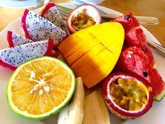 Jednym z najmilej wspominanych elementów podróży jest zazwyczaj... jedzenie! Nie ma to jak soczyste, egzotyczne owoce. W tym wydaniu cieszyli się nimi Beata, Barbara, Tomasz i Kazimierz, którzy podróżowali z Planet Escape do Tajlandii, Kambodży i Wietnamu. :) #food #thailand #cambodia #vietnam #travel #planetescape