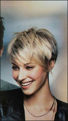 Idée Tendance Coupe & Coiffure Femme 2018 : Frisuren Frauen Ideen Frisuren Fur Krauses Haar Am Besten Frisuren . Short Pixie, Short Hair Cuts, Short Hair Styles, Short Bobs, Shaggy Pixie, Pixie Cuts, Pixie Hairstyles, Cool Hairstyles, Pixie Haircuts