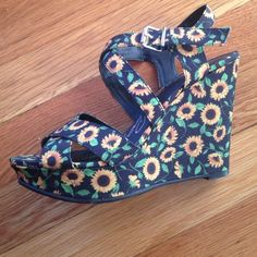 81b216dd1d0ff Adorable Sunflower Print Wedge Sandals