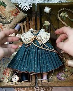 Crochet ideas that you'll love Sewing Doll Clothes, Sewing Dolls, Doll Clothes Patterns, Sewing Patterns, Fabric Dolls, Paper Dolls, Art Dolls, Doll Closet, Waldorf Dolls