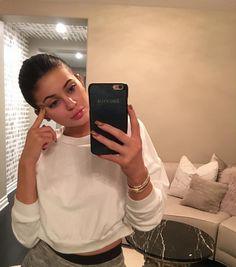 Kylie Jenner wearing the California Fleece Cropped Sweatshirt. Source: https://www.instagram.com/kyliejenner