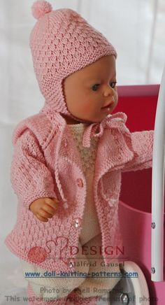 Denne jakken har jeg begynt å strikke fra halsen og ned. Knitting Dolls Clothes, Knitted Dolls, Doll Clothes Patterns, Doll Patterns, Knitting Patterns, Dolly Fashion, Baby Girl Fashion, Toddler Fashion, Fashion Kids