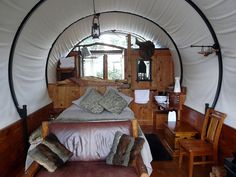 800px-GlampingKirwee_Wagonstay_interieur