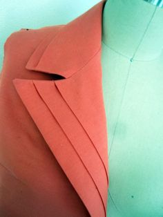 pleated collar and lapels